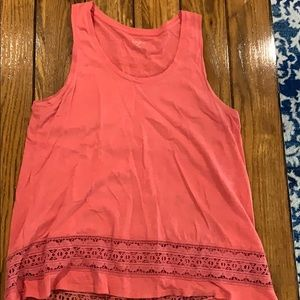 Tank with hi/low hem and crochet detail